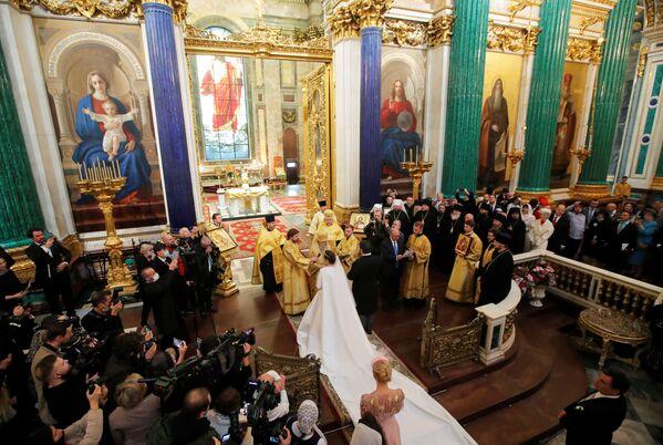 Georgij Michajłowicz i jego żona Victoria Romanowna Bettarini przed ołtarzem w Soborze św. Izaaka w Petersburgu - Sputnik Polska