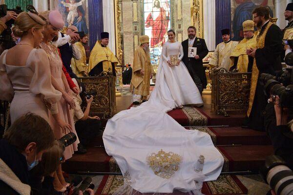 Georgij Michajłowicz i jego żona Victoria Romanowna Bettarini przed ołtarzem w Soborze św. Izaaka - Sputnik Polska