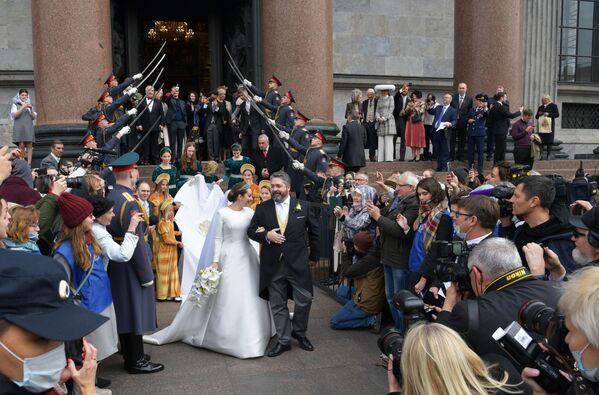 Na nowożeńców przed wejściem do soboru czekała kompania gwardii honorowej - Sputnik Polska