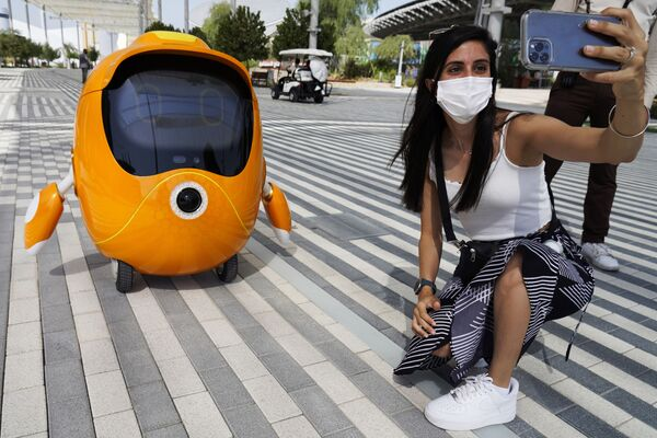 Selfie z robotem na Wystawie Światowej Expo-2020 w Dubaju, ZEA. - Sputnik Polska