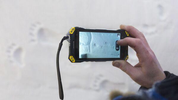 Korzystanie ze smartfona zimą - Sputnik Polska