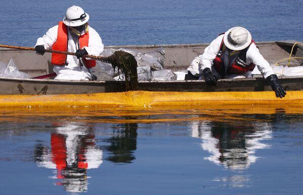 Sprzątanie ropy wyciekającej z morskiej platformy wiertniczej w południowej Kalifornii - Sputnik Polska
