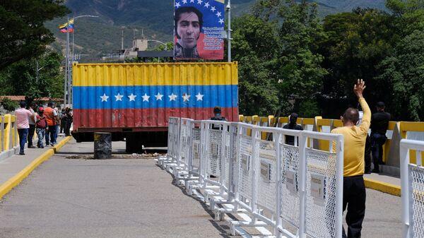 Перенос контейнера на открывшейся границе между Венесуэлой и Колумбией  - Sputnik Polska