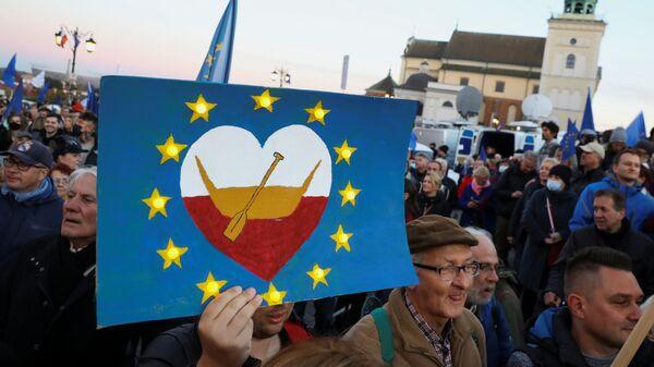 Протестующие с флагами ЕС и Польши во время демонстрации за Евросоюз в Варшаве  - Sputnik Polska