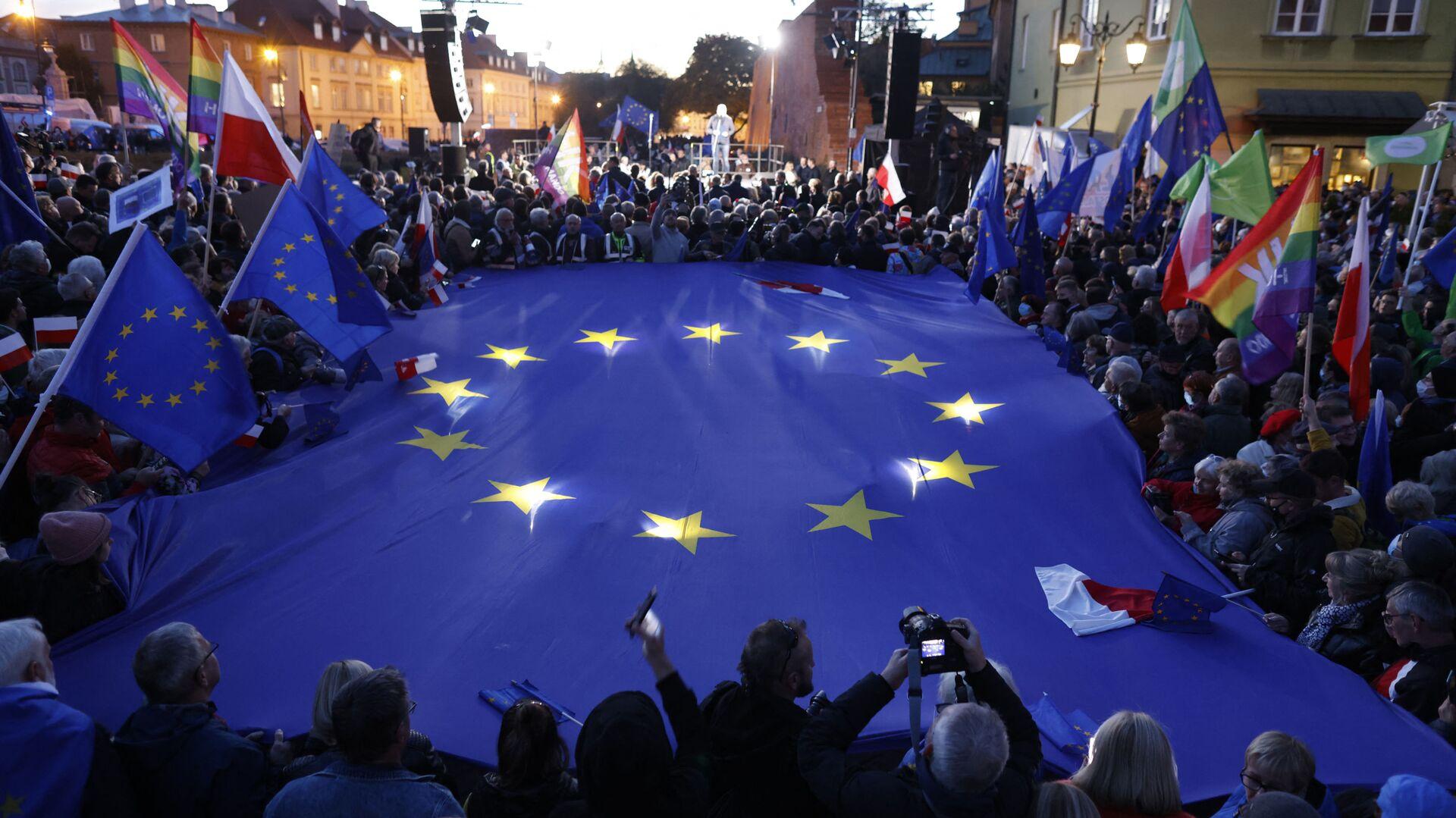 Protestujący z flagami UE i Polski podczas prounijnej demonstracji w Warszawie - Sputnik Polska, 1920, 11.10.2021