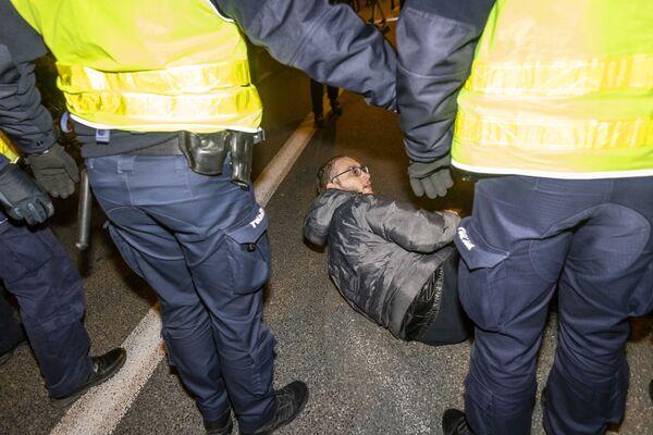 Policja i protestujący podczas demonstracji prounijnej w Warszawie - Sputnik Polska