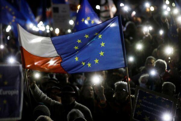 Protestujący z flagami UE i Polski podczas prounijnej demonstracji w Warszawie - Sputnik Polska