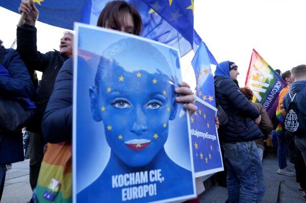 Protestujący z plakatem podczas demonstracji prounijnej w Warszawie - Sputnik Polska