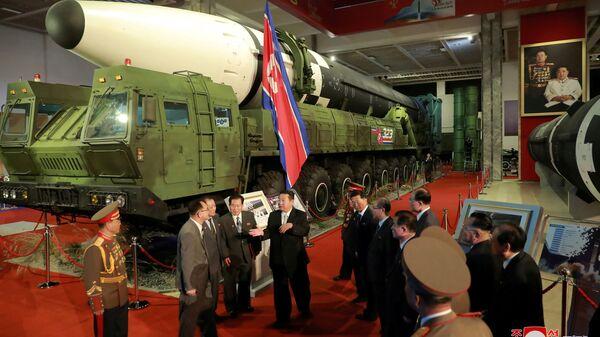 Лидер КНДР Ким Чен Ын на выставке оборонной промышленности в Пхеньяне  - Sputnik Polska