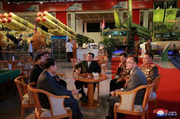"""Przywódca KRLD Kim Dzong Un na wystawie """"Samoobrona-2021"""" w Pjongjangu - Sputnik Polska"""