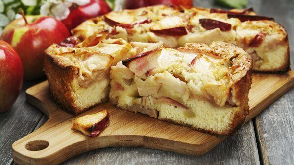 Яблочный пирог на столе - Sputnik Polska