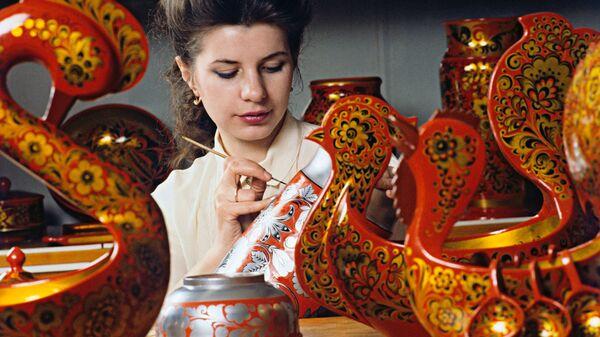 Художница Семёновской фабрики Хохломская роспись расписывает готовые деревянные изделия - Sputnik Polska