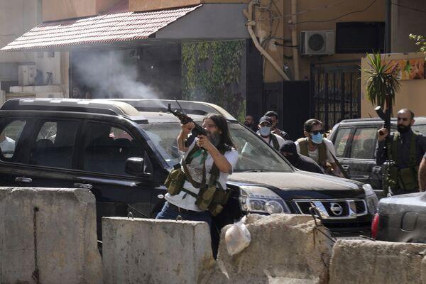 Zwolennicy ugrupowania szyickiego, które połączyło się z Hezbollahem, podczas starć zbrojnych na przedmieściach Bejrutu - Sputnik Polska