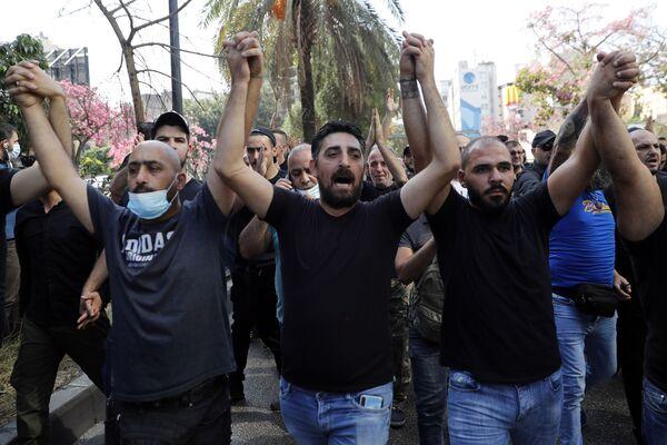 Zwolennicy ugrupowań szyickich Hezbollah i Amal podczas protestów przed Pałacem Sprawiedliwości w Bejrucie. - Sputnik Polska