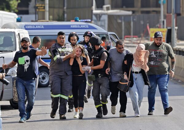 Lekarze pomagają w ewakuacji cywilów podczas starć na przedmieściach Bejrutu. - Sputnik Polska