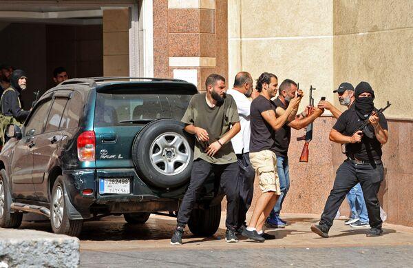 Bojownicy szyickich ruchów Hezbollah i Amal podczas starć na przedmieściach Bejrutu. - Sputnik Polska