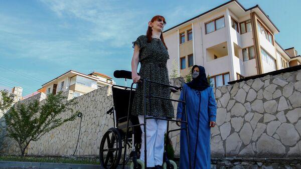 Самая высокая женщина в мире Румейса Гельги позирует со своей матерью Сафие Гельги во время пресс-конференции, Турция - Sputnik Polska