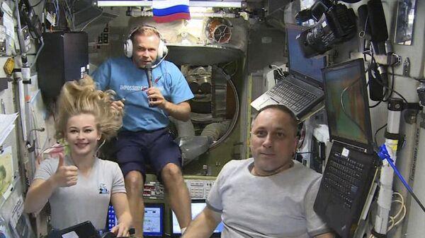 Aktorka Julia Peresild reżyser Klim Szipienko i kosmonauta Anton Szkaplerow na pokładzie MSK - Sputnik Polska