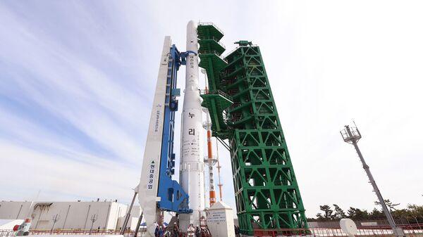 Ракета KSLV-II NURI на стартовой площадке Космического центра Наро в Южной Корее  - Sputnik Polska
