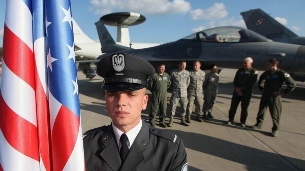 Żołnierz z flagą USA - Sputnik Polska