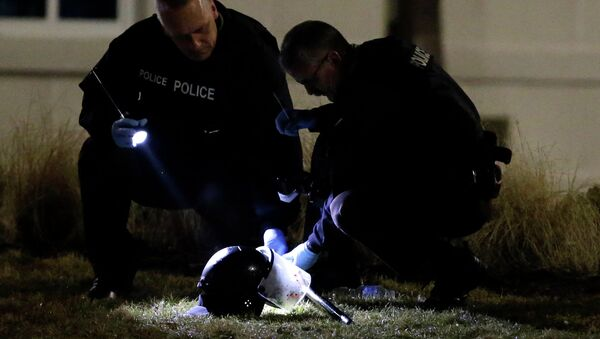 Policja podczas dochodzenia postrzelenia dwóch oficerów policji w Ferguson, 12.03.2015 - Sputnik Polska