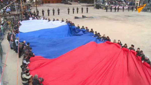 Największą na świecie rosyjską flagę pokazano na Krymie - Sputnik Polska