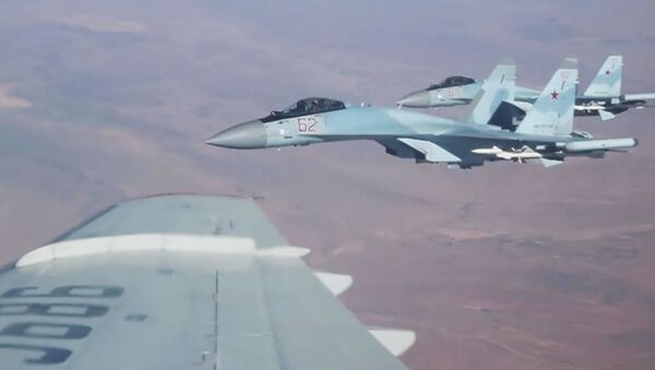 Siergiej Szojgu przelatuje nad Syrią - Sputnik Polska