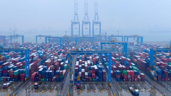 Kontenery w zautomatyzowanym terminalu kontenerowym, port Qingdao w prowincji Shandong (Chiny) - Sputnik Polska