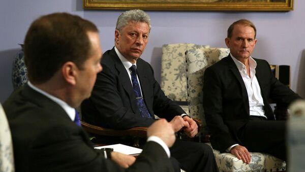 Premier Federacji Rosyjskiej Dmitrij Miedwiediew podczas spotkania z kandydatem na prezydenta Ukrainy Jurijem Bojko i ukraińskim politykiem Wiktor Medwedczukiem - Sputnik Polska