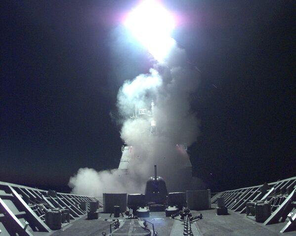 """Wystrzelenie pocisków """"Tomahawk"""" z amerykańskiego krążownika do celów w Jugosławii i Kosowie - Sputnik Polska"""