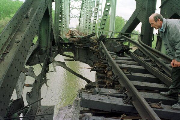 Zniszczony most nad Sawą w Ostružnicy na przedmieściach Belgradu - Sputnik Polska