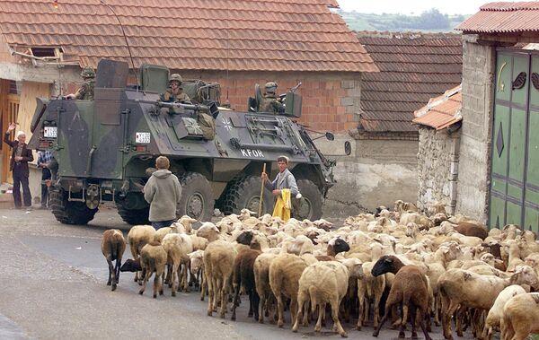 BTR niemieckich żołnierzy, należących do międzynarodowych sił KFOR pod dowództwem NATO, w mieście Orahovac w zachodnim Kosowie, 1999 rok - Sputnik Polska