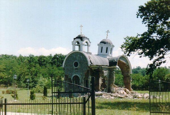 Zniszczona Cerkiew św. Trójcy w wiosce Petricz, Kosowo - Sputnik Polska