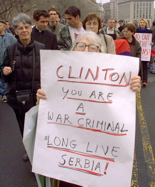 Marsze przeciwko natowskim bombardowaniom Jugosławii pod Białym Domem w Waszyngtonie, 1999 rok - Sputnik Polska