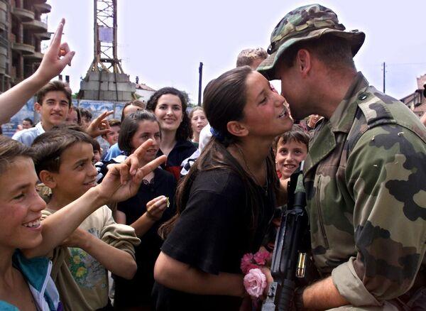 Albańczycy witają siły pokojowe NATO w Kosowskiej Mitrowicy, Jugosławia, 1999 rok - Sputnik Polska