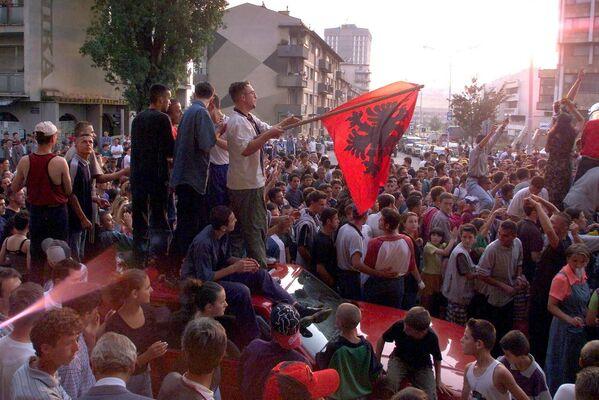 Kosowscy Albańczycy świętują zwycięstwo Armii Wyzwolenia Kosowa nad Serbami w centrum Prisztiny - Sputnik Polska