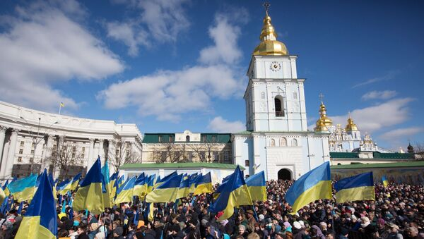 Ludzie słuchają przedwyborczego przemówienia prezydenta Ukrainy Petra Poroszenki na placu Michajłowskim w Kijowie - Sputnik Polska