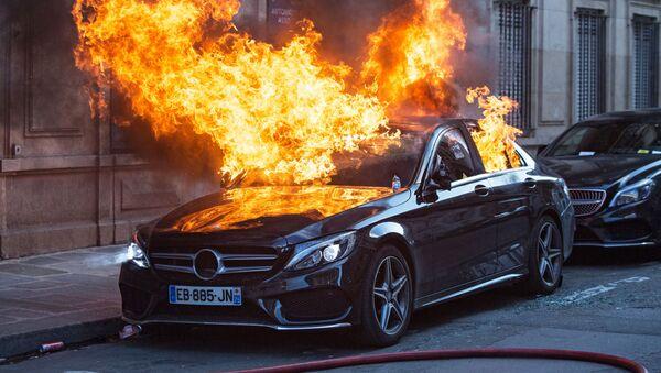 "Samochód podpalony podczas protestu ""żółtych kamizelek"" w Paryżu - Sputnik Polska"