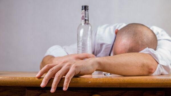 Alkoholik z butelką - Sputnik Polska