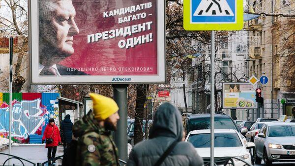 Plakat kampanii wyborczej kandydata na prezydenta Petra Poroszenki na ulicy w Charkowie - Sputnik Polska