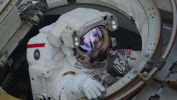 Wyjście w otwartą przestrzeń kosmiczną astronautów Anne McClain i Nick Hague - Sputnik Polska