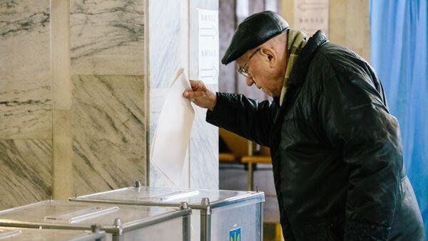 Mieszkaniec Charkowa podczas głosowania na prezydenta Ukrainy w jednym z lokalów wyborczych  - Sputnik Polska