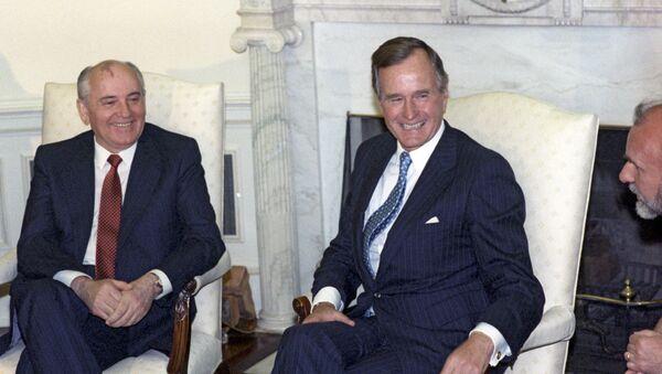 Prezydent ZSRR Michaił Gorbaczow i prezydent USA George W. Bush podczas spotkania w Białym Domu, 1990 r. - Sputnik Polska