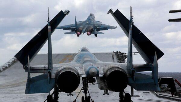 Myśliwce Su-33 i MiG-29K na pokładzie krążownika ciężkiego lotniskowca Admirała Kuzniecowa na Morzu Śródziemnym - Sputnik Polska