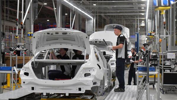 Pracownicy w hali fabryki Mercedes-Benz, która została otwarta w obwodzie moskiewskim - Sputnik Polska
