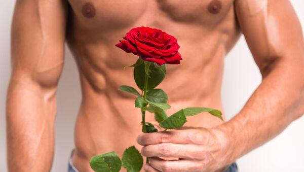 Na pół obnażony mężczyzna z różą w ręku  - Sputnik Polska