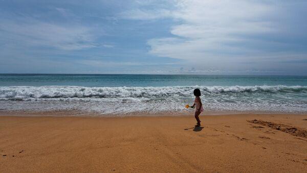 Dziewczyna na plaży Mai Khao plaża na wyspie Phuket w Tajlandii - Sputnik Polska