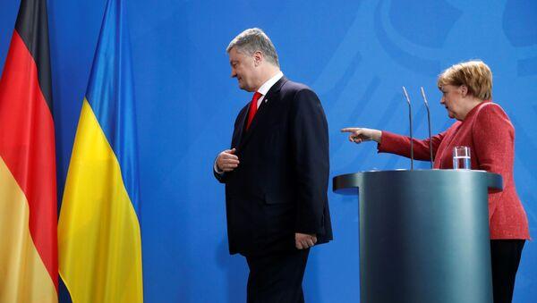Kanclerz Niemiec Angela Merkel i prezydent Ukrainy Petro Poroszenko po wspólnej konferencji prasowej w Berlinie - Sputnik Polska
