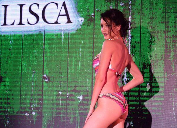 Modelka prezentuje strój kąpielowy podczas pokazu bielizny Lingerie Fashion Week  - Sputnik Polska