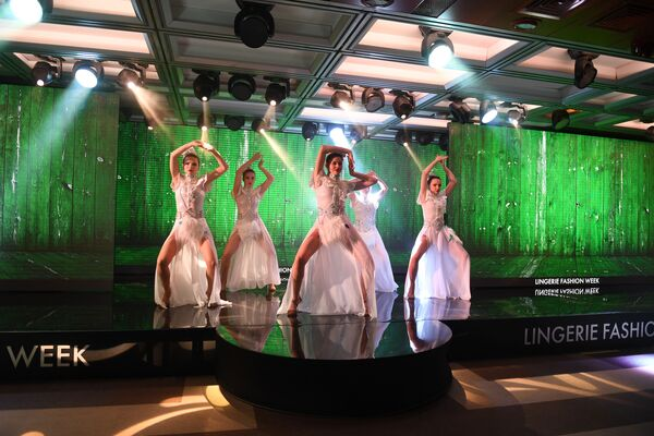 Defilada podczas pokazu bielizny, strojów kąpielowych i odzieży domowej Lingerie Fashion Week - Sputnik Polska